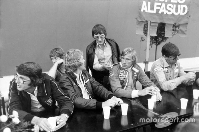 Peter Warr, directeur Lotus, Ian Scheckter, Max Mosley, Bernie Ecclestone, James Hunt y Ken Tyrrell