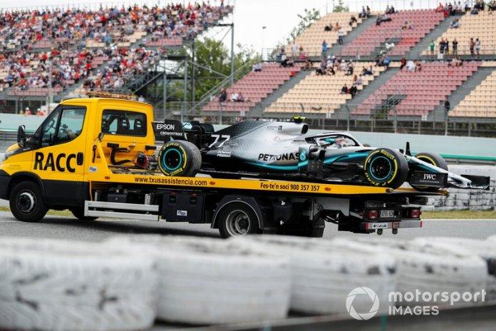 Coche de Valtteri Bottas, Mercedes AMG W10 en la parte trasera de una grúa en FP3