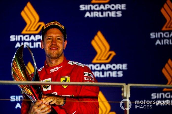 Il vincitore della gara Sebastian Vettel, Ferrari festeggia sul podio con il trofeo