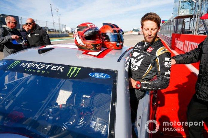 Romain Grosjean, Haas F1, sube al coche del piloto de la Copa NASCAR Tony Stewart