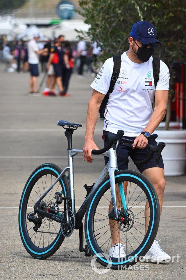 Valtteri Bottas, Mercedes-AMG Petronas F1, con su bicicleta