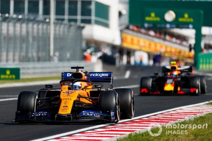 Carlos Sainz Jr., McLaren MCL34, Pierre Gasly, Red Bull Racing RB15