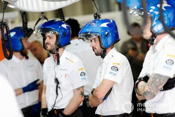 El equipo McLaren en el box