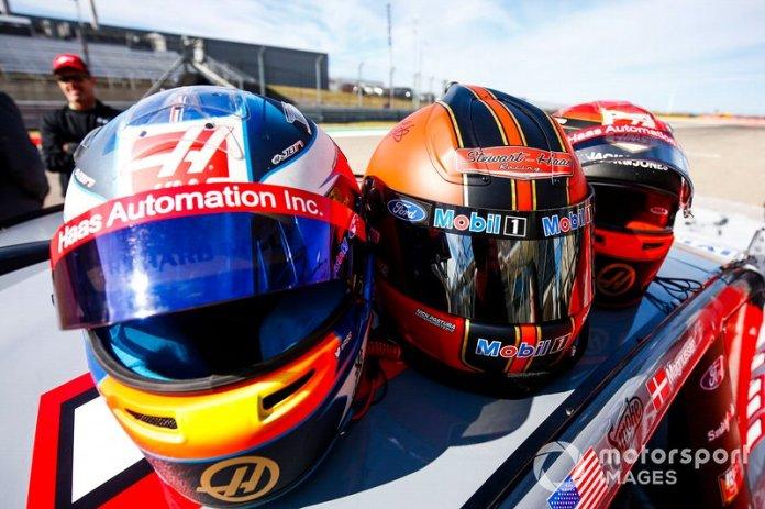 Los cascos de Romain Grosjean, Haas F1 Team Team, Tony Stewart y Kevin Magnussen, Haas F1 Team Team