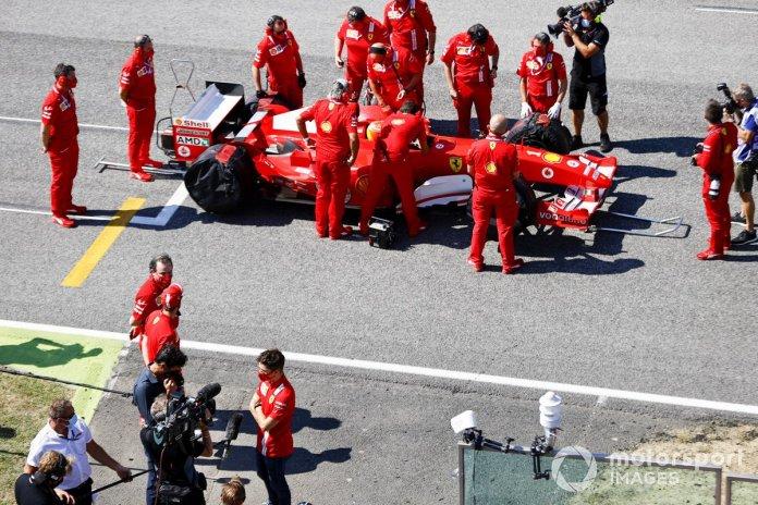 Charles Leclerc, de Ferrari, es entrevistado mientras el equipo de Ferrari prepara a Mick Schumacher para conducir el Ferrari F2004, con el que ganó el campeonato su padre