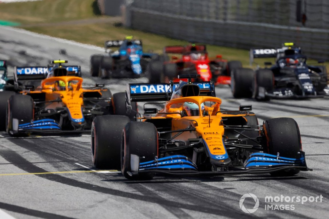 Daniel Ricciardo, McLaren MCL35M, Lando Norris, McLaren MCL35M, Pierre Gasly, AlphaTauri AT02, and the other drivers during the starting practice at the end of FP3