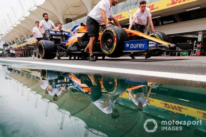 Los mecánicos de McLaren empujan a Carlos Sainz Jr. y McLaren MCL34 por el pit lane