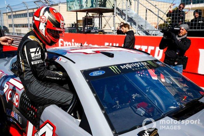 Kevin Magnussen, Haas F1 Team, pilotando con Tony Stewart