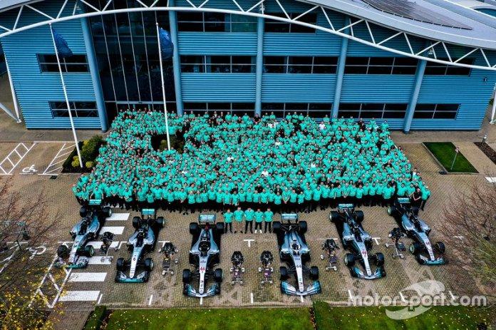 El equipo Mercedes AMG F1 celebra un nuevo record para la historia de la Fórmula 1, seis títulos de pilotos y constructores consecutivos.