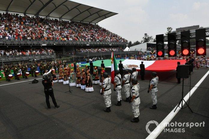 El himno nacional se interpreta durante las celebraciones de la parrilla previa a la carrera