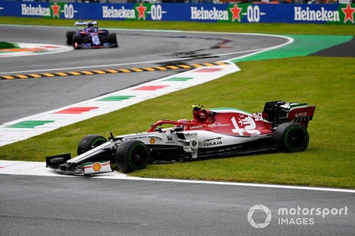 Pierre Gasly, Toro Rosso STR14, se acerca mientras Antonio Giovinazzi, Alfa Romeo Racing C38, se recupera de un giro