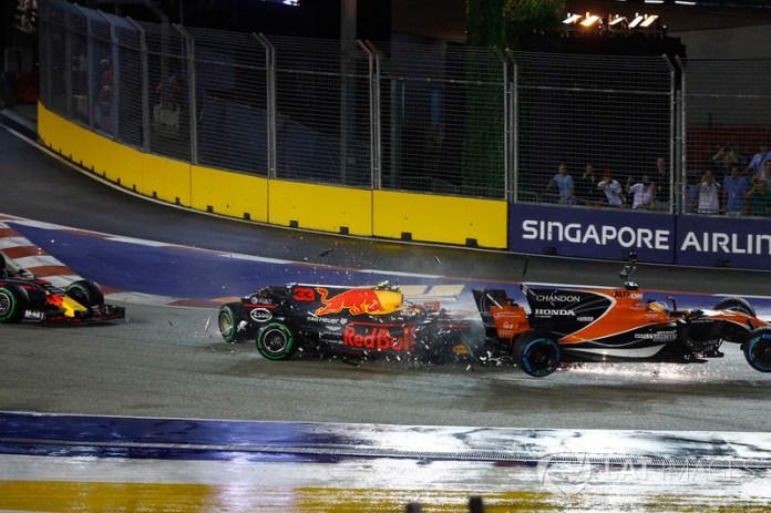 Max Verstappen, Red Bull Racing RB13 choca con Fernando Alonso, McLaren MCL32