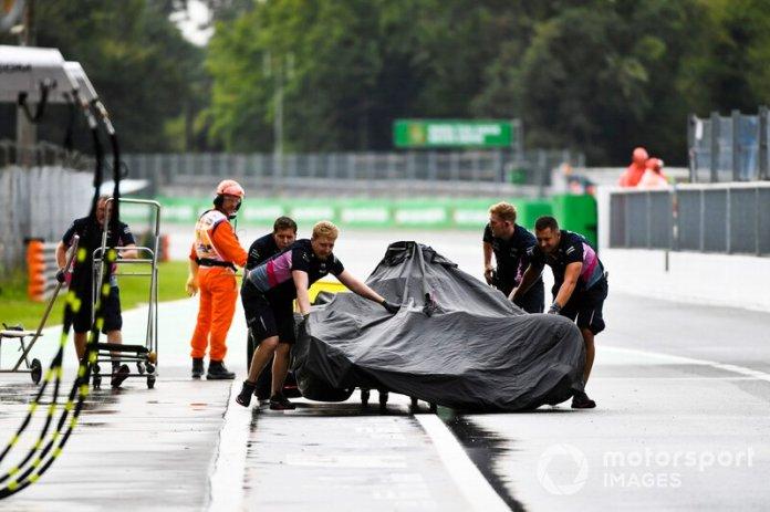 Los mecánicos de Racing Point llevan el coche de Sergio Pérez, Racing Point RP19, de vuelta a boxes