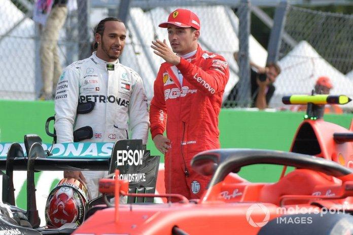 Los primeros clasificados segundo Lewis Hamilton, Mercedes AMG F1, y el ganador de la pole Charles Leclerc, Ferrari