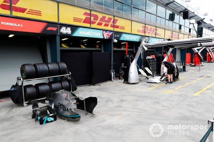 El equipo de Mercedes comienza a empacar en el pit lane