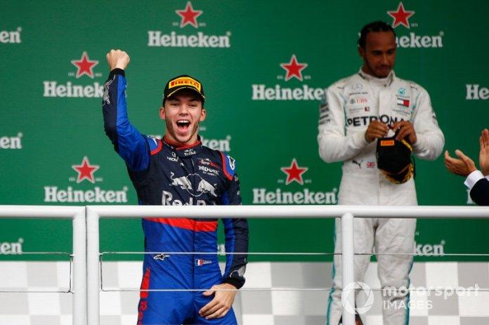 Podio: segundo lugar Pierre Gasly, Toro Rosso y el tercer lugar Lewis Hamilton, Mercedes AMG F1