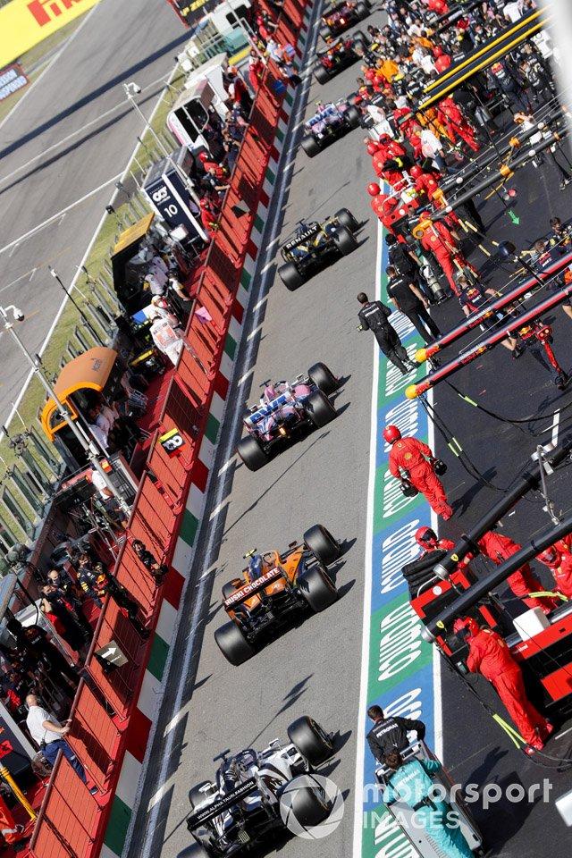 Daniil Kvyat, AlphaTauri AT01, Lando Norris, McLaren MCL35, Sergio Pérez, Racing Point RP20 en pit lane
