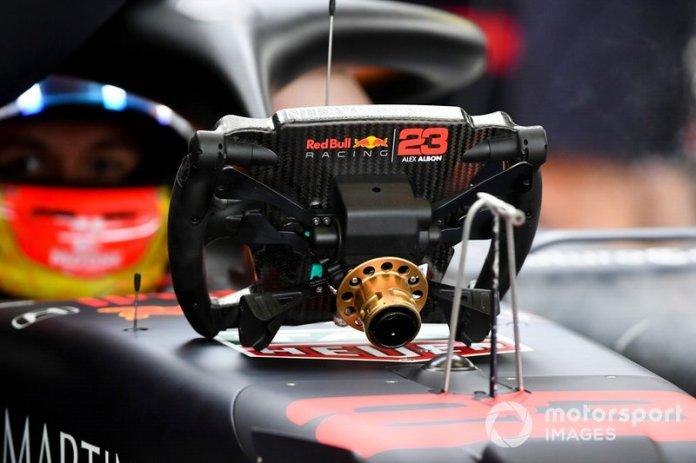 El volante del coche de Alex Albon, Red Bull RB15