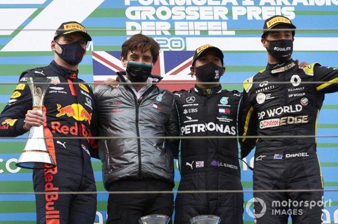 Podio: Max Verstappen, Red Bull Racing, 2ª posición, Steven Lord, Mercedes, ganador Lewis Hamilton, Mercedes-AMG F1, y tercer lugar Daniel Ricciardo, Renault F1