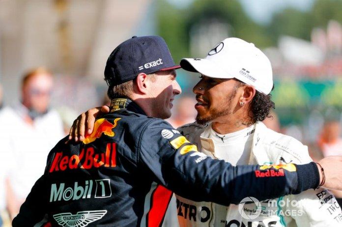 El segundo lugar Max Verstappen, Red Bull Racing y el ganador Lewis Hamilton, Mercedes AMG F1