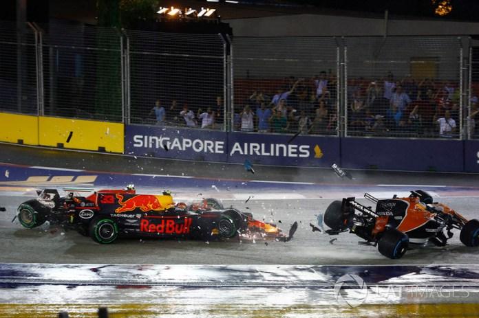 Choque de Kimi Raikkonen, Ferrari SF70H, Max Verstappen, Red Bull Racing RB13 y Fernando Alonso, McLaren MCL32