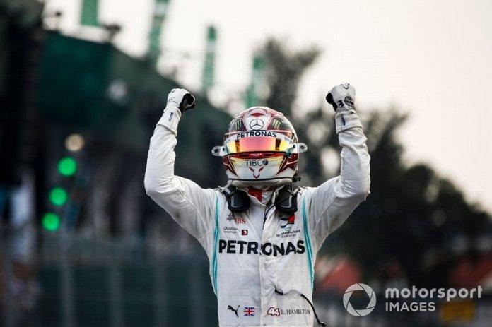 Ganador de la carrera Lewis Hamilton, Mercedes AMG F1 celebra en el Parc Ferme