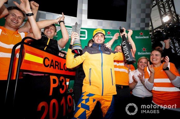 Carlos Sainz Jr, McLaren celebra su tercera posición en el podio con el equipo McLaren