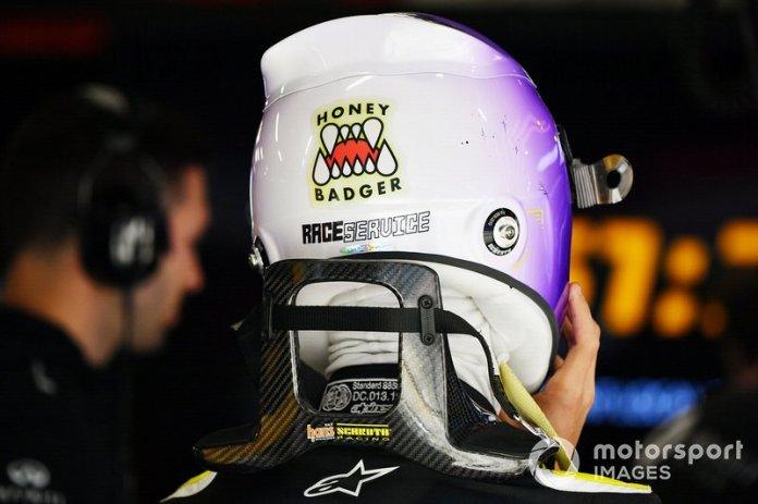 Detalle del casco de Daniel Ricciardo, Renault F1, incluyendo una pegatina de Honey Badger