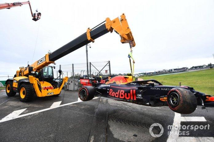 Los oficiales retiran el coche de Alexander Albon, Red Bull RB15, con una grúa