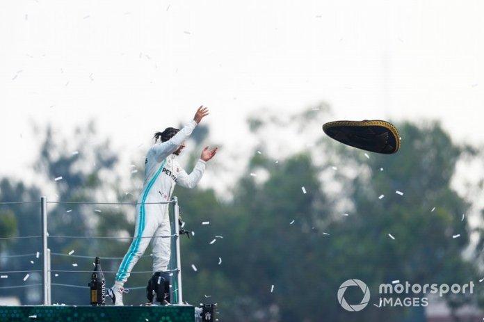 Podio: ganador de la carrera Lewis Hamilton, Mercedes AMG F1 con el sombrero de Mario Achi