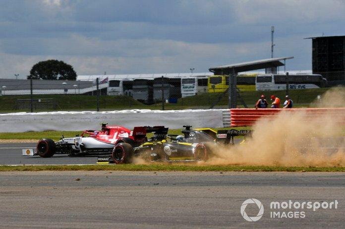 Nico Hulkenberg, Renault F1 Team R.S. 19 se va de largo y Antonio Giovinazzi, Alfa Romeo Racing C38