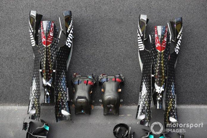 Cubierta motor, asiento y carrocería del coche de Lewis Hamilton Mercedes F1 W11 EQ Performance y Valtteri Bottas Mercedes F1 W11 EQ Performance