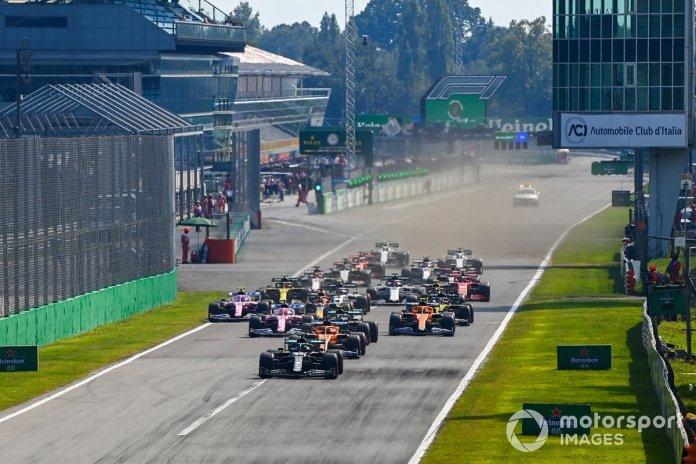 Lewis Hamilton, Mercedes F1 W11, Carlos Sainz Jr., McLaren MCL35, Valtteri Bottas, Mercedes F1 W11, Lando Norris, McLaren MCL35 al inicio