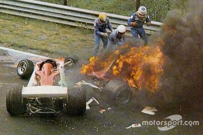 Fue durante un GP de Alemania de 1976, en Nurburgring (El Infierno Verde), donde Niki Lauda sufrió el mayor accidente de su carrera cuando después de chocar el auto se encendió y su cuerpo fue envuelto por las llamas, dejándole marcas por el resto de su vida.