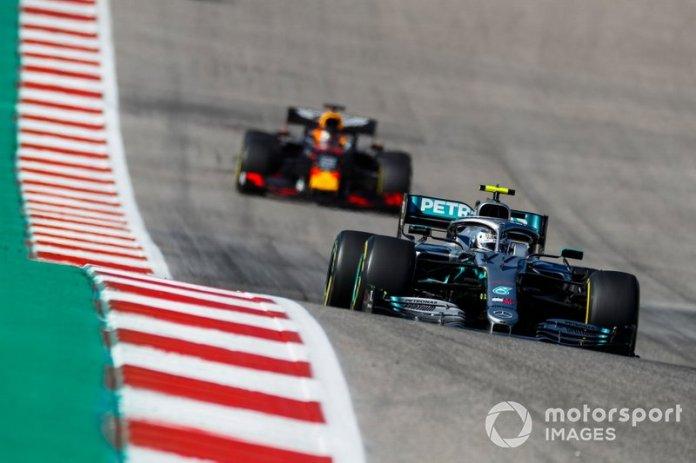 Valtteri Bottas, Mercedes AMG W10, y Max Verstappen, Red Bull Racing RB15