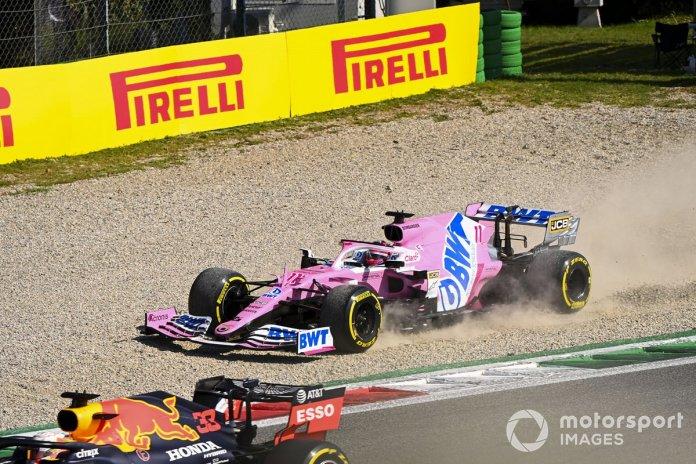 Sergio Pérez, Racing Point RP20, en la grava y Max Verstappen, Red Bull Racing RB16
