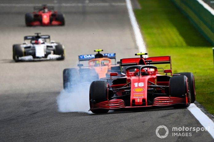 Charles Leclerc, Ferrari SF1000, bloquea los frenos mientras se defiende de Lando Norris, McLaren MCL35