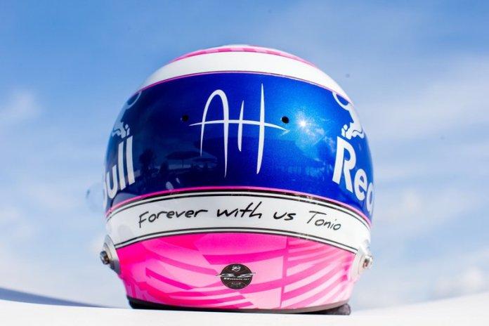 El casco de Pierre Gasly, Toro Rosso, en homenaje a su amigo Anthoine Hubert