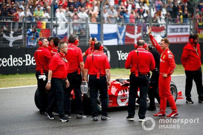 Mecánicos con Mick Schumacher y el Ferrari F2004 conducido por su padre Michael Schumacher