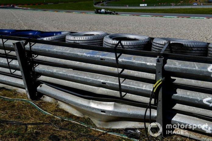 Lewis Hamilton, Mercedes AMG F1 W10, pasa la barrera dañada por el choque de su compañero de equipo Valtteri Bottas, Mercedes AMG W10.