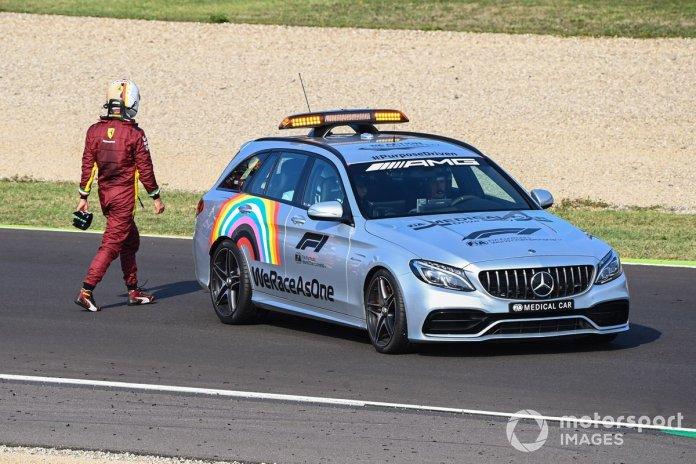 El Medical car se lleva a Sebastian Vettel, Ferrari