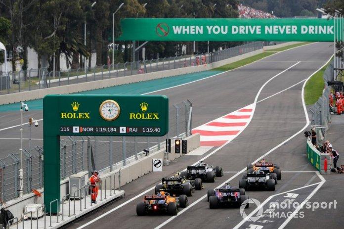 Carlos Sainz Jr, McLaren MCL34, Lewis Hamilton, Mercedes AMG F1 W10, Valtteri Bottas, Mercedes AMG W10, Nico Hulkenberg, Renault F1 Team R.S. 19, Daniil Kvyat, Toro Rosso STR14, y Lando Norris, McLaren MCL34, hacen cola para salir de los boxes.
