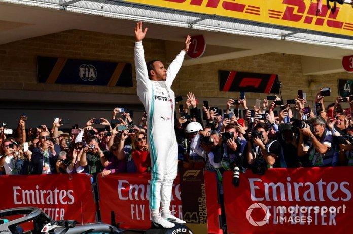 Lewis Hamilton, Mercedes AMG F1, segund lugar, celebra en el Parc Ferme tras conseguir su sexto título mundial de pilotos
