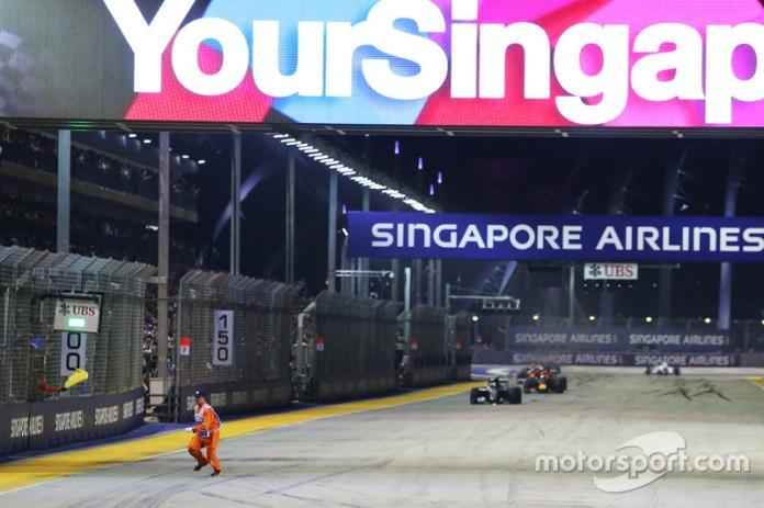 El GP de Singapur deja a menudo imágenes muy inusuales. Además de un lagarto al que casi atropellan, y de un hombre caminando por la pista (fue condenado a seis meses de prisión), también había comisarios en la pista en la carrera de 2016 cuando la prueba ya se había reiniciado.