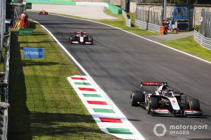 Romain Grosjean, Haas VF-20, Kevin Magnussen, Haas VF-20, y Sebastian Vettel, Ferrari SF1000
