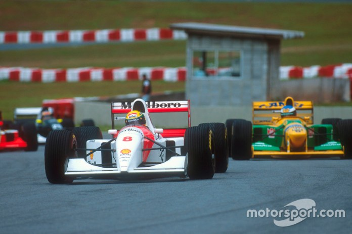 Ayrton Senna, McLaren MP4/8 Ford lidera a Michael Schumacher, Benetton B192B Ford