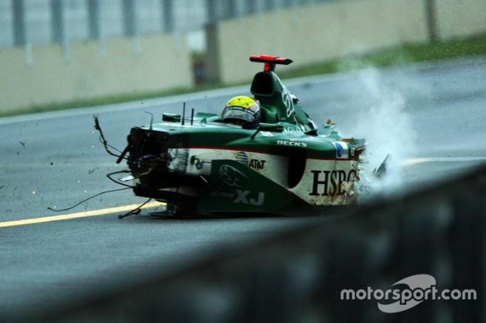 En 2003, el Gran Premio de Brasil terminó sólo dos semanas después de su realización. Todo porque en la vuelta 54, Mark Webber golpeó muy fuerte causando la entrada del Safety Car, pero Fernando Alonso golpeó en el mismo punto cuando impactó contra una de las llantas del coche del australiano.