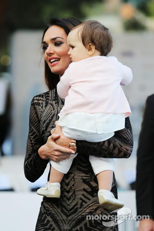 Tamara Ecclestone, con su hija Sofía Ecclestone-Rutland, en en el Amber Lounge Evento de Moda