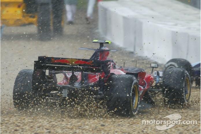 """En el GP de Europa 2007, Scott Speed fue uno de los pilotos que se salieron de pista en la complicada carrera en lluvia. Luego, el piloto reveló que su jefe Franz Tost, cuando Speed le pidió explicaciones por su lenta parada, le dijo que no tenía derecho a exigir nada porque se había salido, e incluso que le pegó un puñetazo en la espalda. También declaró que le había zarandeado y agarrado ya fuera de la vista de todos. """"Si me toca otra vez le dejo KO"""", dijo Speed a los suyos."""