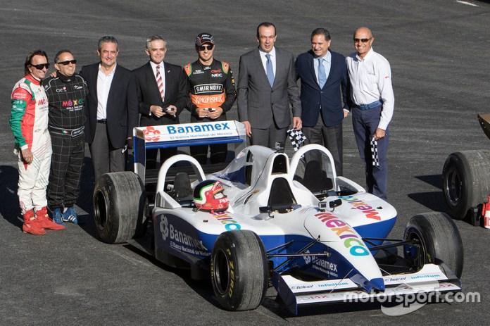 (Izq a Der) Emerson Fittipaldi, Héctor Rebaque, Miguel Angel Mancera Jefe de Gobierno Ciudad de Méxi